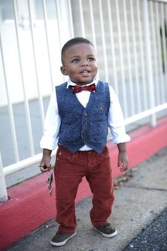 Comment porter: gilet bleu marine, chemise à manches longues blanche, jean bordeaux, baskets marron foncé
