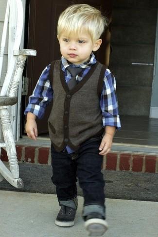 Comment porter: gilet gris foncé, chemise à manches longues bleue, jean bleu marine, baskets noires