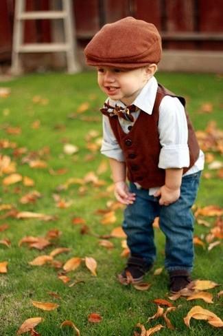 Comment porter: gilet marron, chemise à manches longues blanche, jean bleu, sandales marron foncé