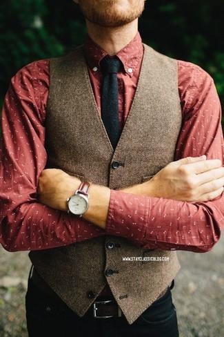 Comment porter: gilet en laine à chevrons marron, chemise à manches longues imprimée rouge, jean noir, cravate en laine noire