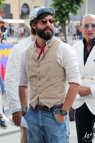 Comment porter: gilet beige, chemise à manches longues en lin blanche, jean bleu clair, casquette de base-ball bleu clair