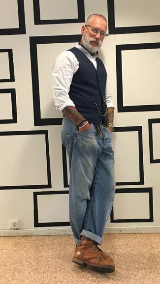 Comment s'habiller après 40 ans quand il fait chaud: Pense à opter pour un gilet écossais bleu marine et un jean déchiré bleu pour obtenir un look relax mais stylé. Une paire de des bottes de loisirs en cuir marron est une façon simple d'améliorer ton look.