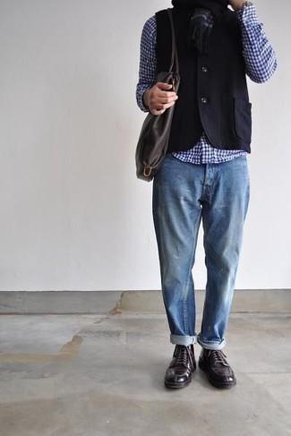 Comment porter des chaussures derby en cuir marron foncé: Pense à harmoniser un gilet noir avec un jean déchiré bleu clair pour prendre un verre après le travail. Transforme-toi en bête de mode et fais d'une paire de chaussures derby en cuir marron foncé ton choix de souliers.