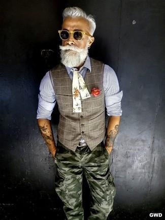Comment porter: gilet écossais gris, chemise à manches longues en chambray bleue, pantalon cargo camouflage olive, nœud papillon à fleurs beige