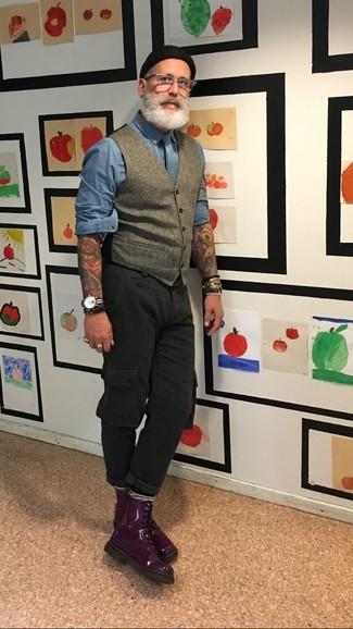 Comment porter: gilet en laine gris, chemise à manches longues bleue, pantalon cargo noir, bottes de loisirs en cuir pourpre foncé