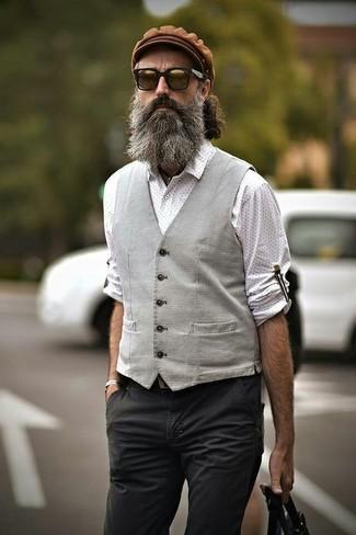 Comment porter: gilet gris, chemise à manches longues á pois blanche, pantalon chino gris foncé, casquette plate marron