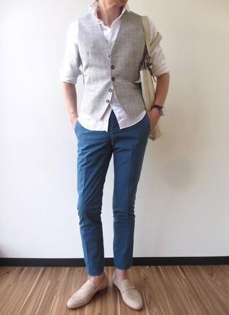 Comment porter des slippers en daim beiges: Associe un gilet gris avec un pantalon chino bleu pour une silhouette classique et raffinée. Une paire de des slippers en daim beiges s'intégrera de manière fluide à une grande variété de tenues.