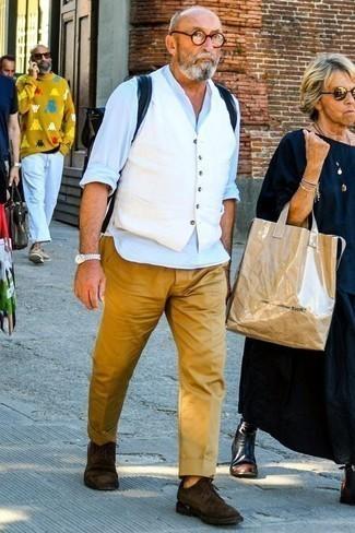 Comment porter des chaussures derby en daim marron foncé: Associe un gilet blanc avec un pantalon chino marron clair pour un look classique et élégant. Une paire de des chaussures derby en daim marron foncé est une option avisé pour complèter cette tenue.