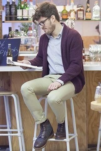 Comment porter des bottes brogue en cuir marron foncé: Associe un gilet pourpre foncé avec un pantalon chino beige pour une tenue idéale le week-end. Une paire de des bottes brogue en cuir marron foncé apportera une esthétique classique à l'ensemble.