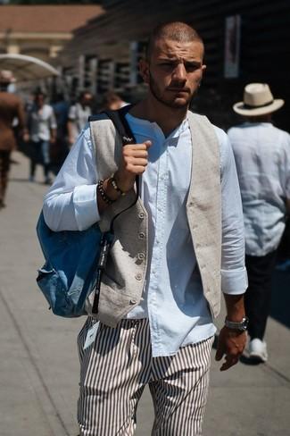 Comment porter: gilet beige, chemise à manches longues blanche, pantalon de costume à rayures verticales marron, sac à dos en toile bleu