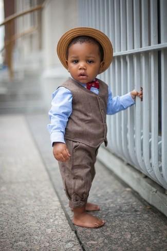 Comment porter: gilet marron, chemise à manches longues bleu clair, pantalon marron, chapeau de paille marron clair