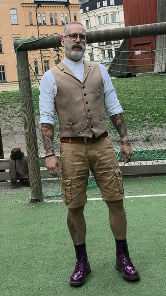 Comment porter: gilet en laine marron clair, chemise à manches longues blanche, short marron clair, bottes de loisirs en cuir pourpre foncé