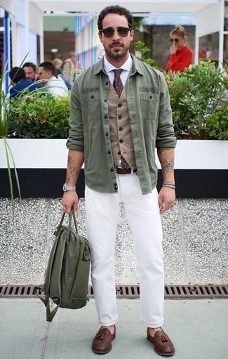Comment porter une cravate á pois marron: Opte pour un gilet marron clair avec une cravate á pois marron pour un look classique et élégant. Une paire de des mocassins à pampilles en cuir marron apporte une touche de décontraction à l'ensemble.