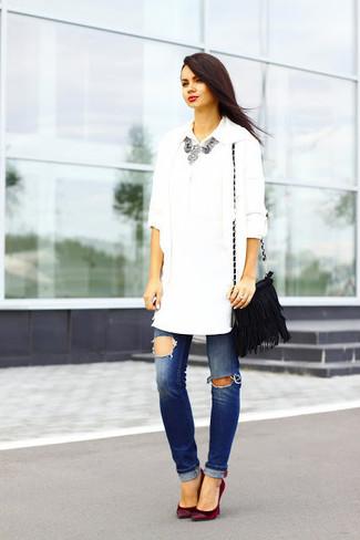 Comment porter: gilet blanc, chemise de ville blanche, jean déchiré bleu, escarpins en daim bordeaux