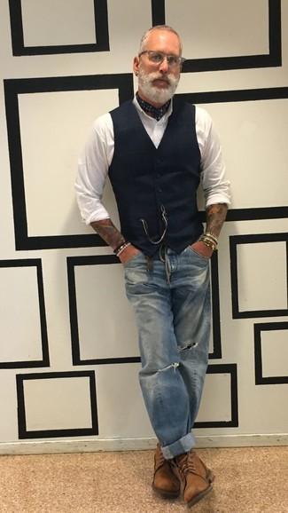 Comment porter: gilet noir, chemise de ville blanche, jean déchiré bleu, bottes de loisirs en cuir marron