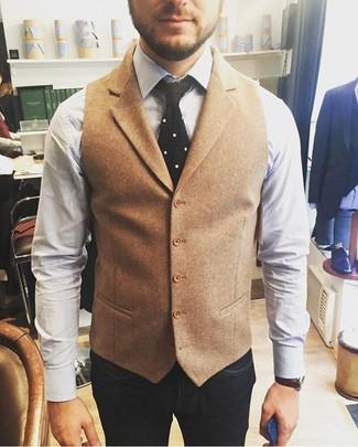 Comment porter: gilet en laine marron clair, chemise de ville blanche, jean bleu marine, cravate en tricot noire
