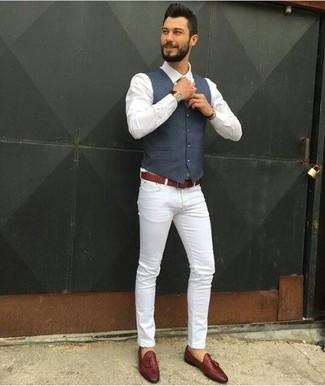 Comment porter: gilet bleu marine, chemise de ville blanche, jean skinny blanc, mocassins à pampilles en cuir marron