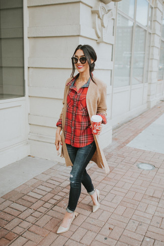 Comment porter: gilet en tricot marron clair, chemise de ville écossaise rouge, jean skinny déchiré noir, escarpins en cuir beiges