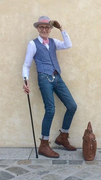 Comment porter: gilet en vichy bleu, chemise de ville blanche, jean skinny bleu, bottes habillées en cuir marron