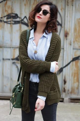 Comment porter: gilet en tricot olive, chemise de ville bleu clair, jean skinny gris foncé, sac bandoulière en cuir vert foncé