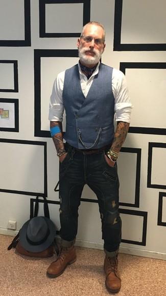 Comment porter: gilet bleu marine, chemise de ville blanche, jean skinny déchiré bleu marine, bottes de loisirs en cuir marron