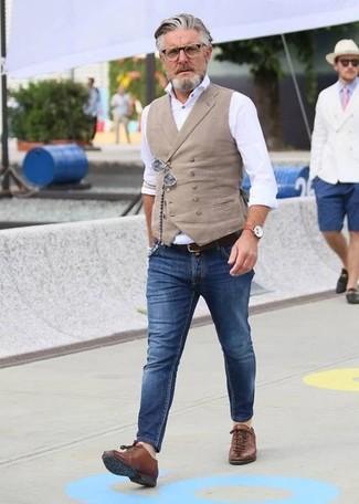 Comment porter: gilet beige, chemise de ville blanche, jean skinny bleu, baskets basses en cuir marron