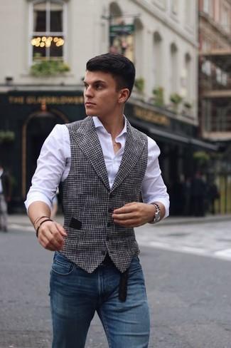 Comment porter: gilet en pied-de-poule blanc et noir, chemise de ville blanche, jean skinny bleu, ceinture en cuir noire