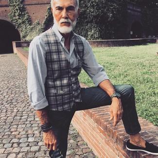 Comment porter: gilet écossais gris, chemise de ville à rayures verticales blanche et noire, jean skinny gris foncé, mocassins à pampilles en daim noirs