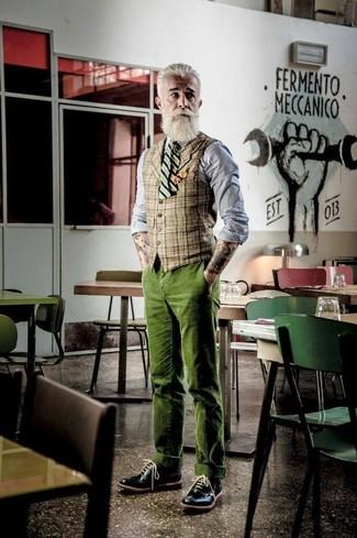 Comment porter: gilet écossais marron clair, chemise de ville en chambray grise, pantalon chino en velours côtelé olive, chaussures brogues en cuir noires