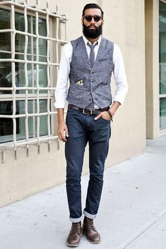 Comment porter: gilet en laine gris, chemise de ville blanche, pantalon chino bleu marine, bottes de loisirs en cuir marron foncé