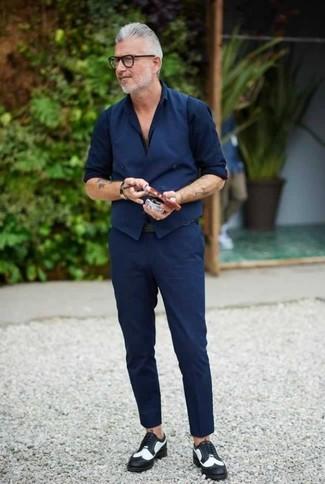 Comment porter: gilet bleu marine, chemise de ville bleu marine, pantalon chino bleu marine, chaussures brogues en cuir noires et blanches