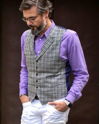 Comment porter: gilet à carreaux bleu marine, chemise de ville pourpre, pantalon chino blanc, ceinture en cuir marron foncé