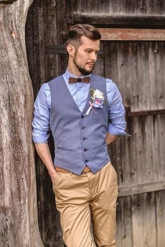 Comment porter: gilet bleu clair, chemise de ville bleu clair, pantalon chino marron clair, nœud papillon imprimé marron