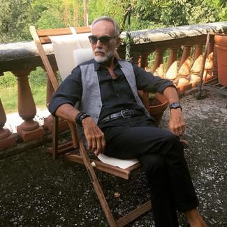 Comment porter: gilet gris, chemise de ville noire, pantalon chino noir, ceinture en cuir noire