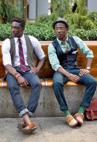 Comment porter: gilet bleu marine, chemise de ville à rayures verticales verte, pantalon de costume écossais bleu marine et vert, chaussures richelieu en daim beiges