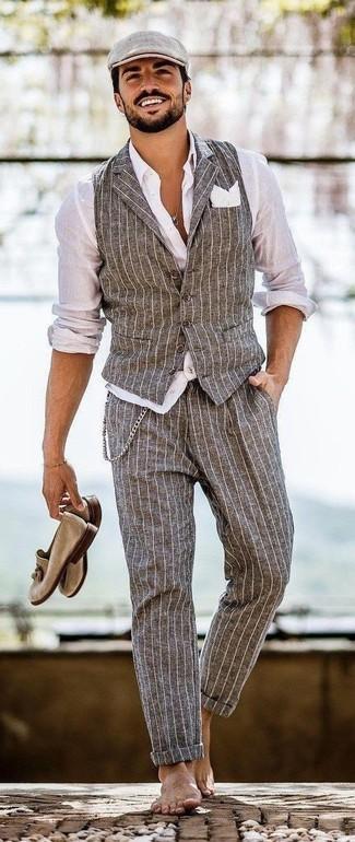 Comment porter: gilet à rayures verticales gris, chemise de ville blanche, pantalon de costume à rayures verticales gris, mocassins à pampilles en daim marron clair