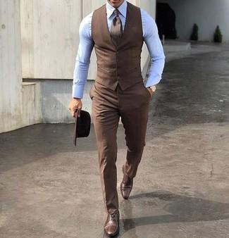 Comment porter: gilet marron, chemise de ville bleu clair, pantalon de costume marron, chaussures richelieu en cuir marron