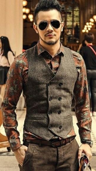 Comment porter: gilet en laine marron foncé, chemise de ville à fleurs orange, pantalon de costume en velours côtelé marron foncé, ceinture en cuir marron foncé