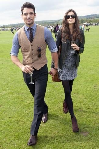 Comment porter: gilet en laine marron clair, chemise de ville à rayures verticales blanc et bleu, pantalon de costume noir, chaussures richelieu en cuir marron