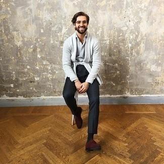 Tendances mode hommes: Porte un gilet gris et une chemise de ville à rayures verticales grise pour un look de tous les jours facile à porter.