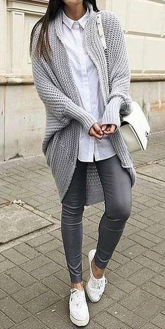Comment porter: gilet en tricot gris, chemise de ville blanche, pantalon slim en cuir gris, baskets basses en cuir blanches