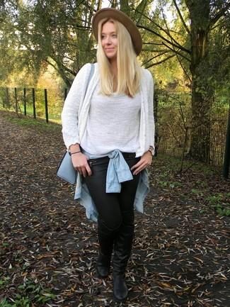 Associe un gilet blanc avec un pantalon slim en cuir noir pour une tenue raffinée mais idéale le week-end. Ajoute une paire de des cuissardes en cuir noires à ton look pour une amélioration instantanée de ton style.