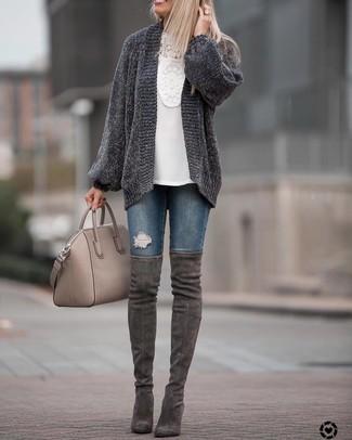 Comment porter: gilet en tricot gris foncé, chemisier à manches longues en crochet blanc, jean skinny déchiré bleu marine, cuissardes en daim gris foncé