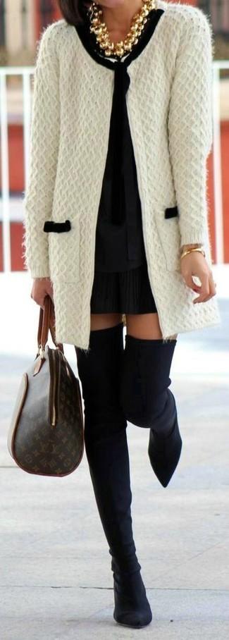 Comment porter: gilet en tricot blanc, chemisier à manches longues noir, minijupe plissée noire, cuissardes en daim noires