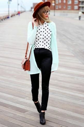 Comment porter: gilet vert menthe, chemisier à manches longues á pois blanc et noir, pantalon slim en soie noir, bottines en cuir noires