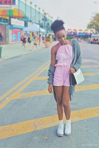 Comment porter: gilet en tricot gris, combishort rose, baskets montantes en toile blanches, sac bandoulière en cuir argenté