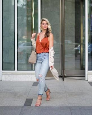 Comment porter: gilet en tricot beige, débardeur en soie orange, jean déchiré bleu clair, sandales à talons en daim beiges