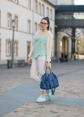 Comment porter: gilet en tricot beige, débardeur vert menthe, jean skinny déchiré blanc, baskets basses vert menthe