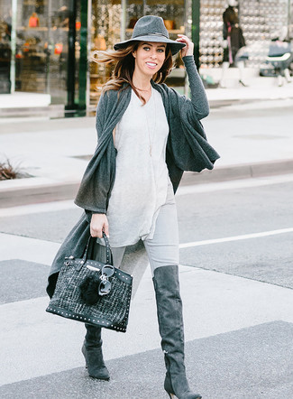 Comment porter: gilet gris foncé, débardeur gris, jean skinny gris, cuissardes en daim gris foncé