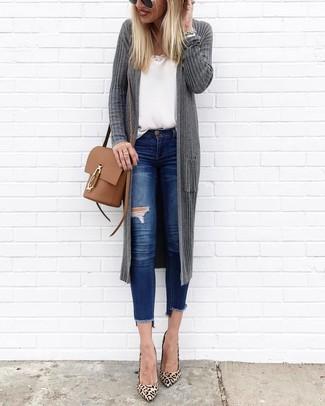 Comment porter: gilet gris foncé, débardeur blanc, jean skinny déchiré bleu, escarpins en daim imprimés léopard marron clair